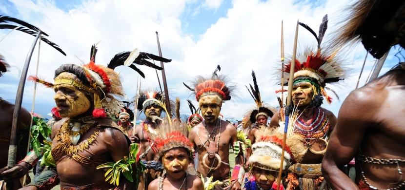 Šokující rituály domorodých kmenů. Zahrnují šlehání bičem i lití jedu do očí