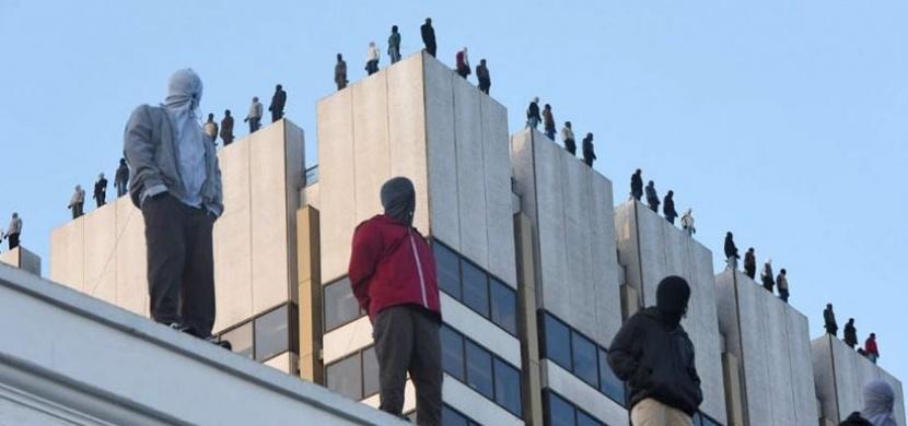 V Londýně vzbudilo šok 84 mužů stojících na okraji budov ITV