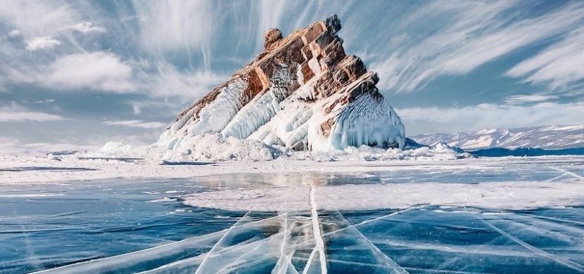 Procházka po zamrzlém Bajkalu, nejhlubším a nejstarším jezeře na zemi